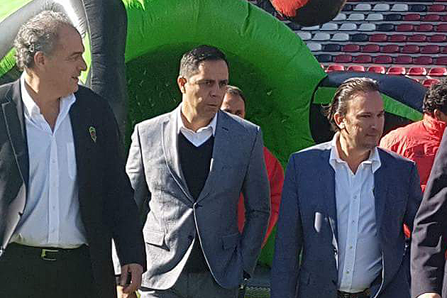 New head coach Miguel Fuentes (center)
